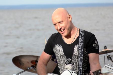 Денис майданов пролетая над нами (moozoomtv) youtube.